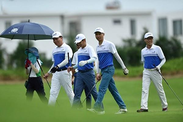 doanh nhân đi đánh golf